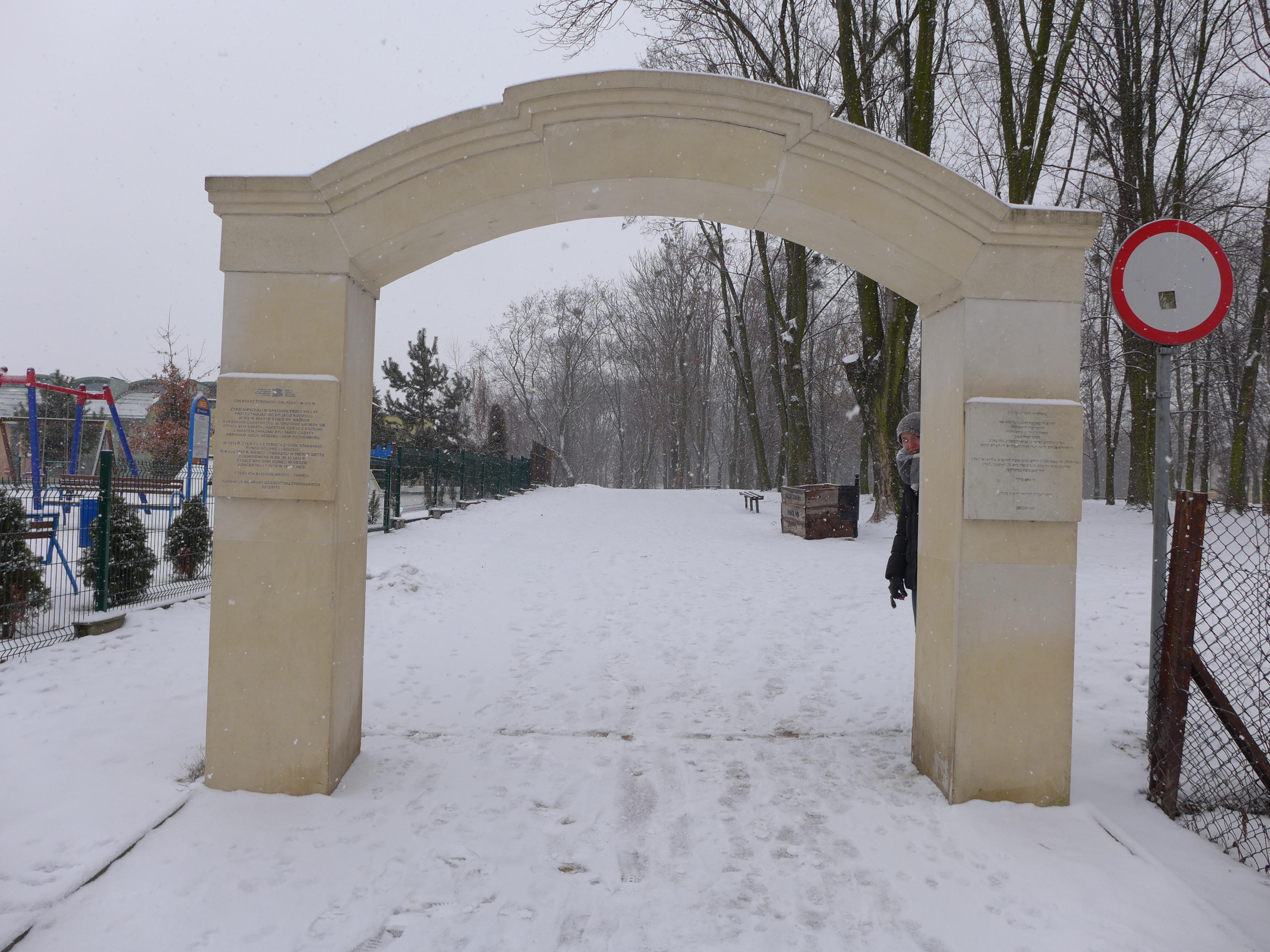 zwiedzanie opatowa - brama wejściowa